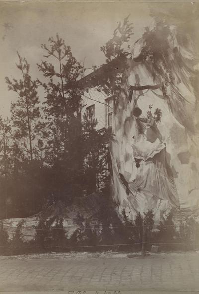 Foto: straatversiering: O.-L.-Vrouw Ster der zee, t.h.v. de kanaalkom, aan de Kolenkaai [?] (Virga Jessefeesten, Hasselt, 1898)