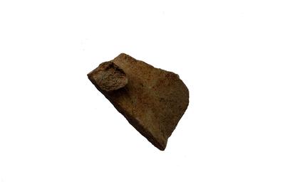 Fragment van schenkkan in Andenne witbakkend aardewerk.