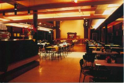 Stoelen en tafels in de Corso zicht van aan de entree richting zaal