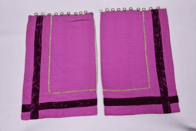 Set van twee paarse gordijntjes voor het tabernakel