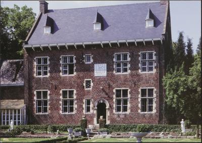 Ham (Oostham). Pastorie, achtergevel. Deze pastorie werd in 1680 gebouwd in opdracht van de norbertijnerandij (sic) van Averbode. Op de achtergevel, in Brabantse renaissancestijl, prijkt een mooie zonnewijzer