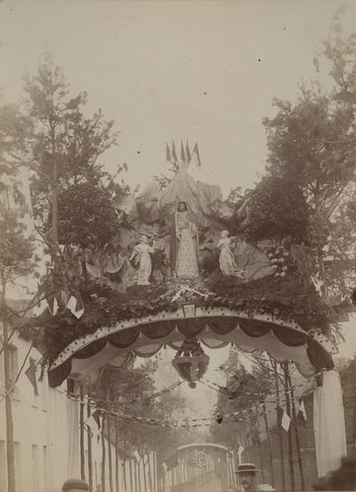 Foto: straatversiering: Onze-Lieve-Vrouw van zeven smarten, Isabellastraat (Virga Jessefeesten, Hasselt, 1898)