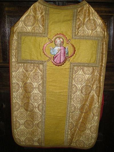 goudkleurige priesterkazuifel van Romeins model, met bijhorende stola, manipel, bursa en velum