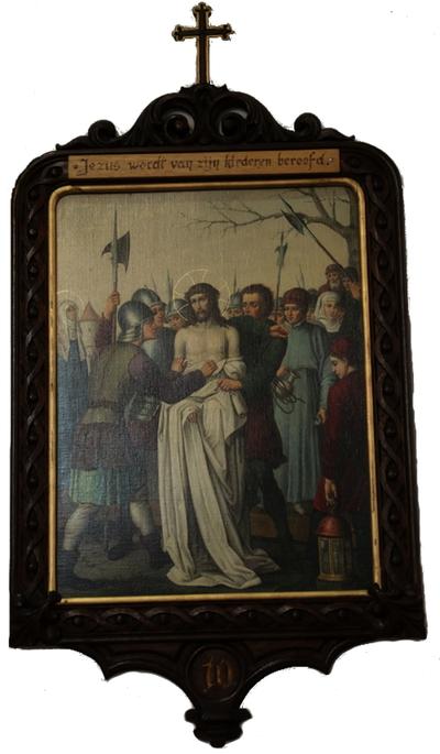 Statie 10: Jesus wordt van zijn klederen beroofd.