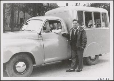 Bruno Simoni in zijn ijswagen (1954).