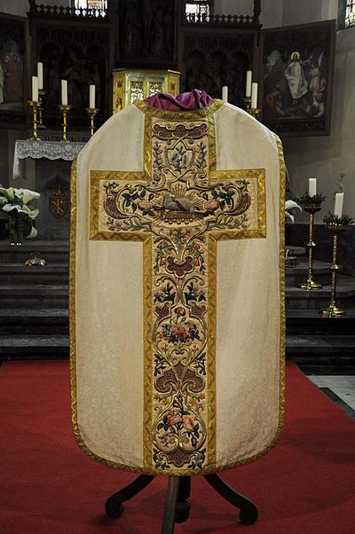 Lam Gods, set dalmatieken, kazuifel, koorkap, manipel, pastorale stola, priesterstola, bursa, kerkvelum,