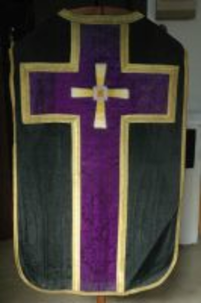 Zwart kazuifel met paars kruis