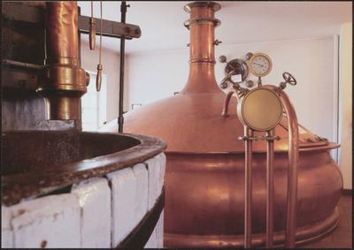 Bocholt. Brouwerijmuseum. De brouwerij Martens in Bocholt, gesticht in 1758 door Adriaan Geerkens, is een van de oudste familiale brouwerijen in Limburg. Sinds 1970 werkte Jean Martens aan de uitbouw van het museum in het historische brouwershuis dat in 1979 officieel als museum geopend werd. De collectie groeide in de loop der tijd uit tot een van de belangrijkste brouwerijtechnische verzamelingen met internationale allure. Het museum werd in 1997 met een nieuwbouw uitgebreid om de collectie te kunnen herbergen. De huidige nog werkende brouwerij Martens bevindt zich aan de overzijde van het museum