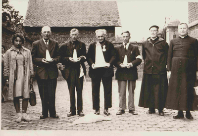 Foto jubliarissen Attenhoven van bedevaart naar Scherpenheuvel