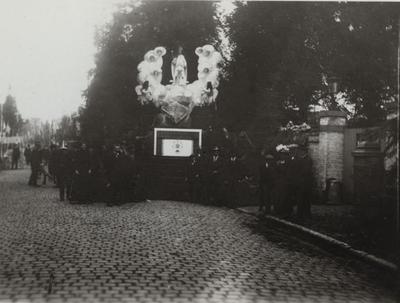 Foto: straatversiering: O.-L.-Vrouw van het Schapulier, Kempische Poort (Virga Jessefeesten, Hasselt, 1912)