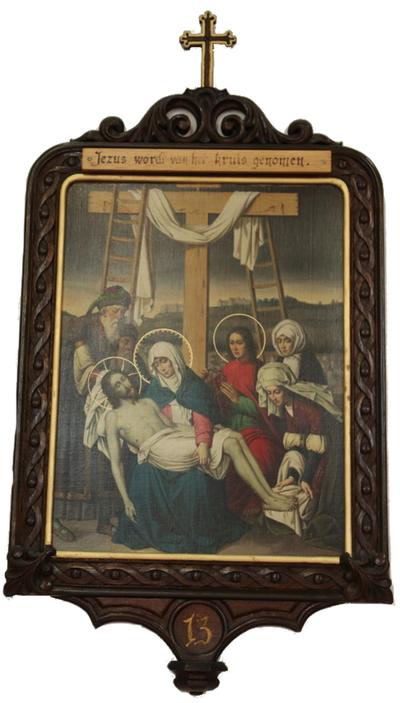 Statie 13: Jesus wordt van het kruis genomen.