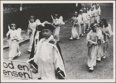 Processie - 'Koningin der Engelen' tussen kaarsjesdragers.