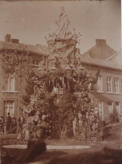 Foto: straatversiering: Onze-Lieve-Vrouw, Bron van genade, Maastrichterstraat / Schorsmarkt (rot de Schors) (Virga Jessefeesten, Hasselt, 1905)