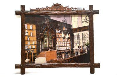 Kader met foto van apotheek, achter glas