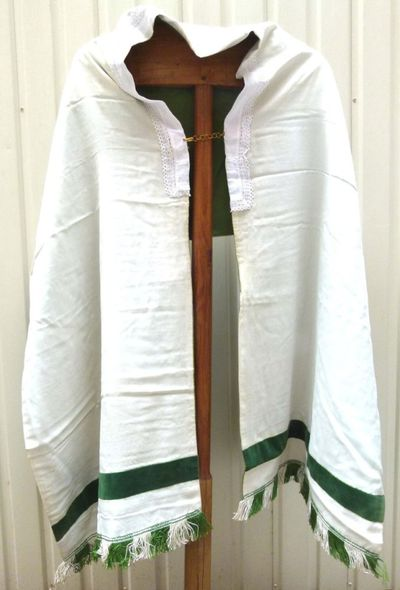 1 eenvoudige schoudervelum in witte moiré en groen velours