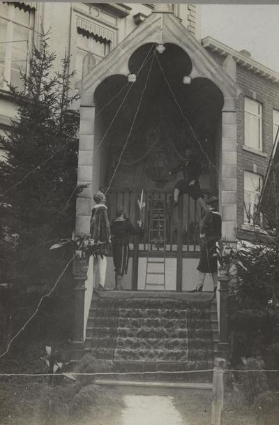 Foto: straatversiering: De dief op het hek, Maastrichterpoort (Virga Jessefeesten, Hasselt, 1912)