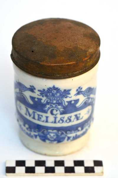 Delfts blauwe apothekerspot; C MELISSÆ en FOL: MACIS