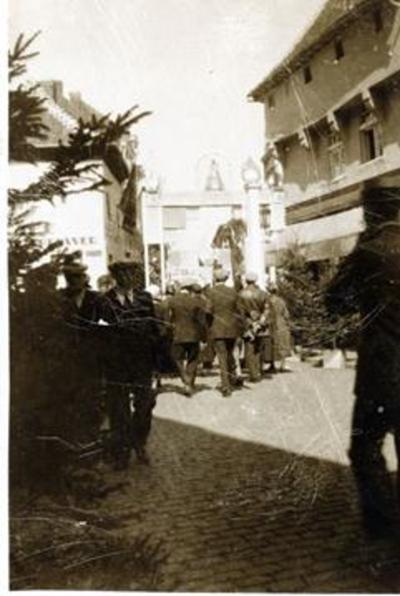 Foto: straatversiering: arken of poorten, Diesterstraat (Virga Jessefeesten, Hasselt, 1933)