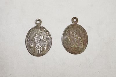 Medaillons van de h Luigi Gonzaga, en O.L.Vrouw van de berg Karmel