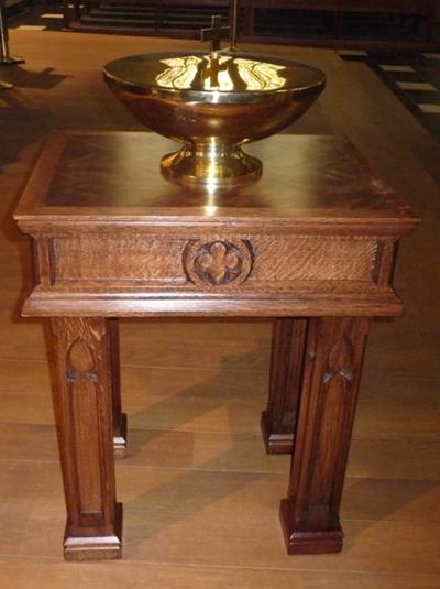 Doopvont, gemonteerd op houten tafel.