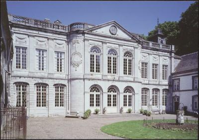 Gingelom (Jeuk). Kasteel Hasselbroek. Van het Maaslandse renaissancekasteel uit 1620 is het woonhuis en de zware toren bewaard gebleven. Deze werden opgenomen in het prachtige kasteel, gebouwd in 1770-1780. Zowel interieur als exterieur zijn rijkelijk gedecoreerd in Lodewijk XVI-stijl