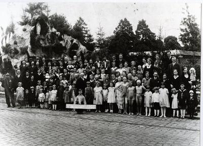 Foto: straatversiering: Lourdesgrot of Onze-Lieve-Vrouw van de Rozenkrans; groepsfoto rot Kempische wijk (Virga Jessefeesten, Hasselt, 1933)