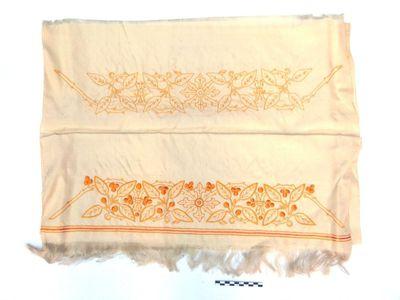1 altaardwaal in witte zijde met oranje borduursel