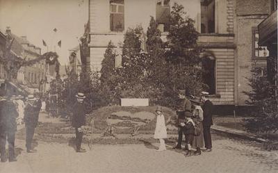 Foto: straatversiering: Heilig Hart en Onze-Lieve-Vrouw, Havermarkt (Virga Jessefeesten, Hasselt, 1919)