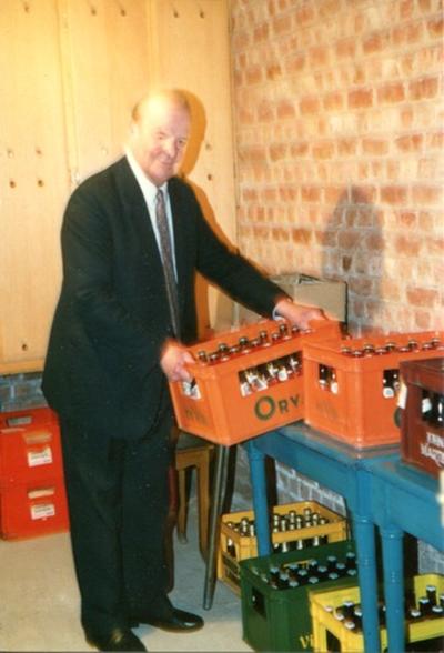 Eugène Teclavers bij de bierbakken in de kelder van de Corso
