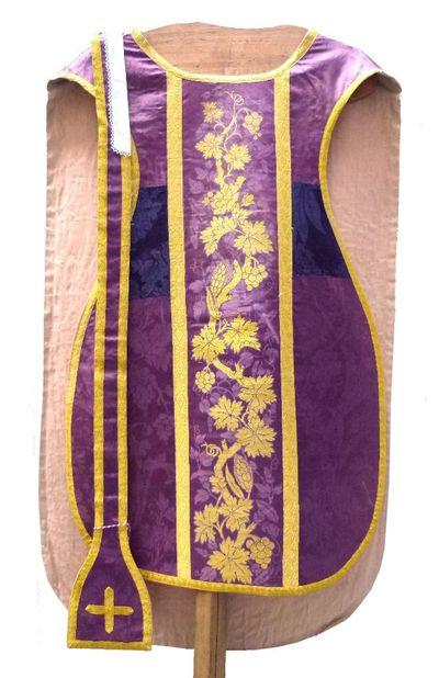 kazuifel in purpere damast, gouddraad en goudkleurig borduursel