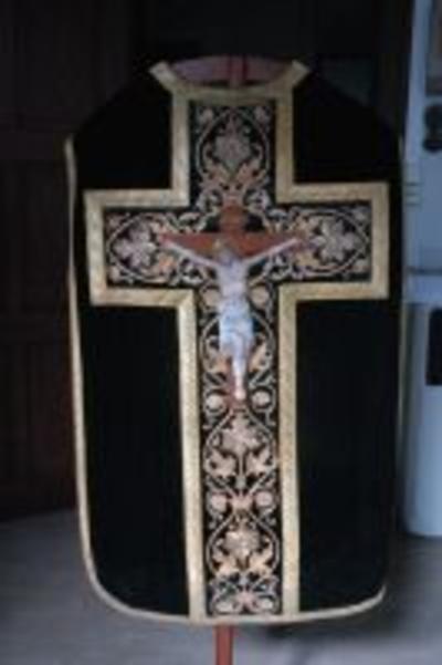 Zwart kazuifel met geborduurde Christus aan het kruis