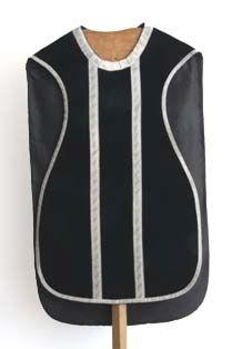 kazuifel in zwart fluweel, zilverbrocaat en -galon