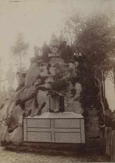 Foto: straatversiering: Kroning van Onze-Lieve-Vrouw van Hasselt, Sint-Jozefsstraat (Virga Jessefeesten, Hasselt, 1898)