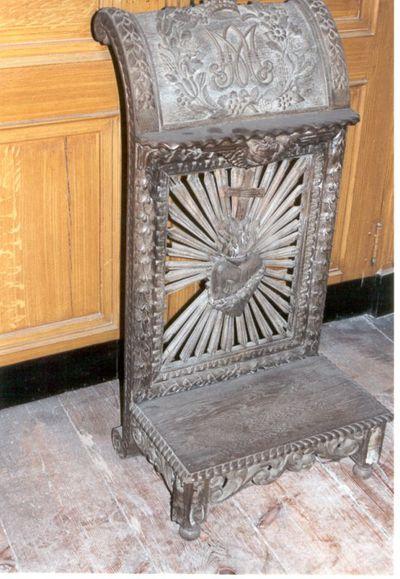 stoel - bidstoel in hout met mariamonogram