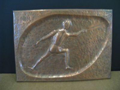 Bas-reliëf met afbeelding van een schermer in gevechtshouding, linksboven gesigneerd.