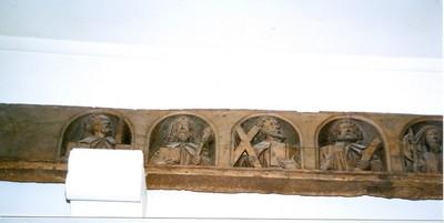trabes met bustes van Christus en de twaalf apostelen