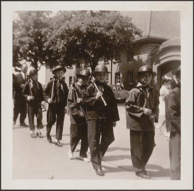 Processie - meester Albert Stassen met 'mijnwerkertjes'.