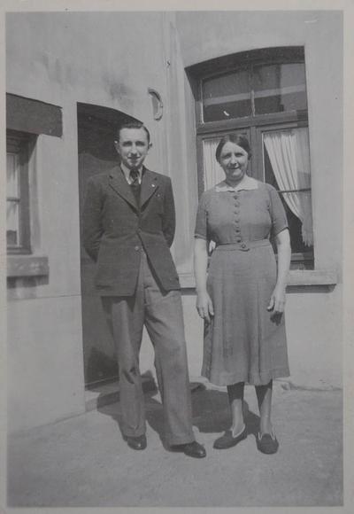 Catala-werknemers Jan (Jean) Philippus en zijn moeder, Louise Maes, voor hun huis
