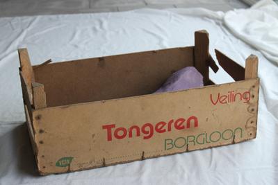 Kist van de Tongerse Fruitveiling om appels en peren te verpakken
