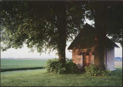 Herstappe. Heilig Huisje. Deze 15de eeuwse kapel, net buiten de gemeentegrens van Herstappe, domineert het Haspengouws landschap. Ze herinnert aan de slag van Haspengouw, op 23 september 1408. Tot op vandaag komen Herstappenaren nog vaak naar de kapel