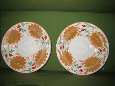 Twee diepe borden met grote gouden bloemen