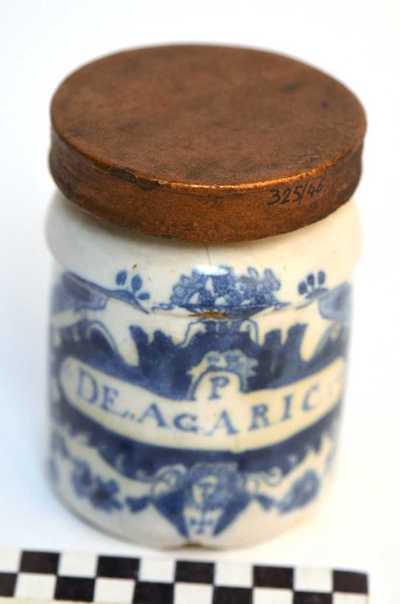 Delfts blauwe apothekerspot; 'P De. Agaric :'.
