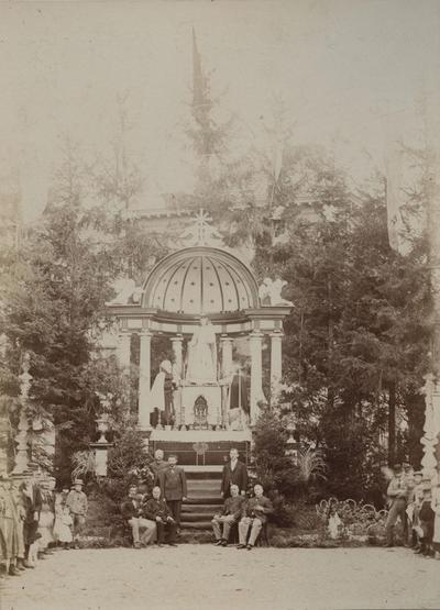 Foto: straatversiering: Onze-Lieve-Vrouw van de Rozenkrans en het Schapulier, Botermarkt (Virga Jessefeesten, Hasselt, 1898)