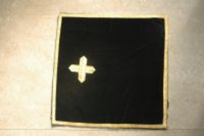 Zwart kelkvelum met gouden borduursels