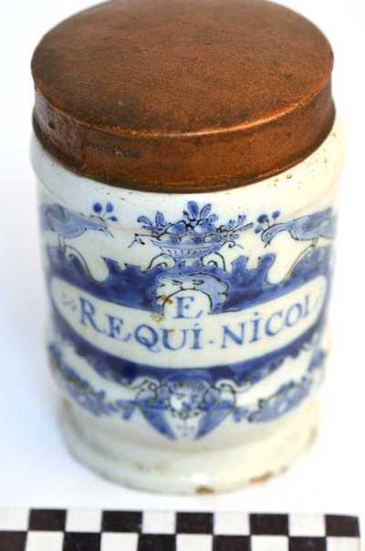 Delfts blauwe apothekerspot; E REQUI.NICOL: en CHLOR: BARIUM