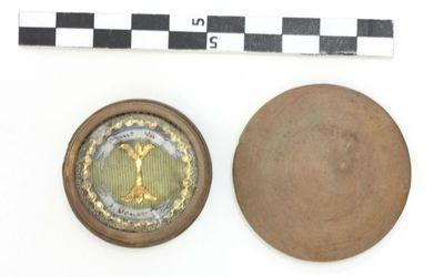 reliekoog in houten doosje - agnus dei / S Donati H.