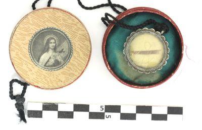doosje waarin reliek in verzilverd koper - mogelijk van Theresia v. Lisieux