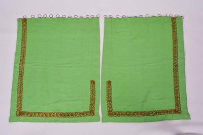 Set van twee groene gordijntjes voor het tabernakel
