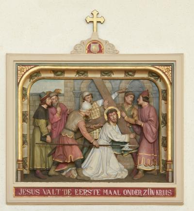 Derde statie: Jezus valt de eerste maal onder zijn kruis