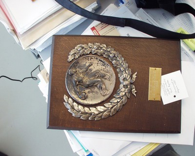 Trofee, metalen basreliëf op houten plaat 'Championnat de Belgique 1959'